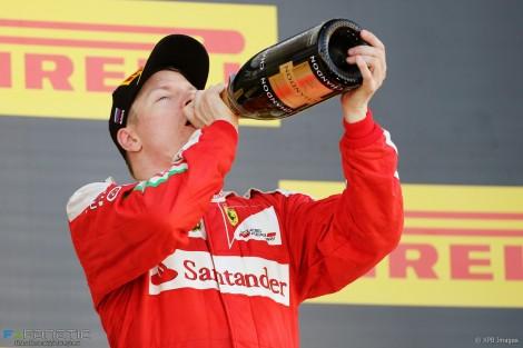 Kimi Raikkonen celebra mais um pódio com uma boa goldaa de champanhe