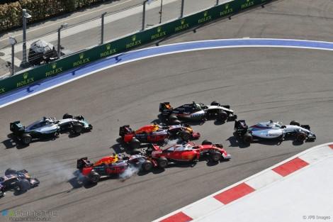 """O primeiro """"empurrão"""" de Kvyat em Vettel"""