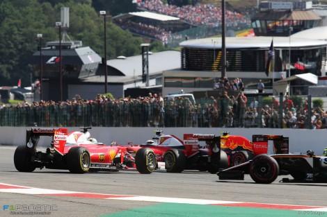 O acidente da primeira curva entre os dois Ferrari e Verstappen