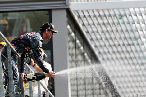 Ricciardo festeja o segundo lugar na corrida