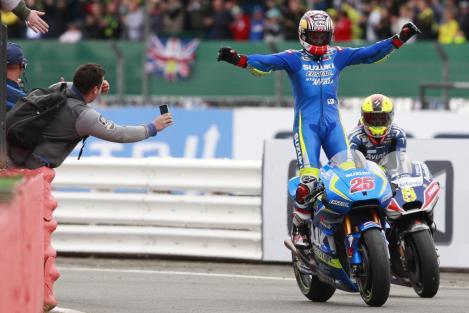 Maverick Viñales festeja o seu primeiro triunfo nas MotoGP