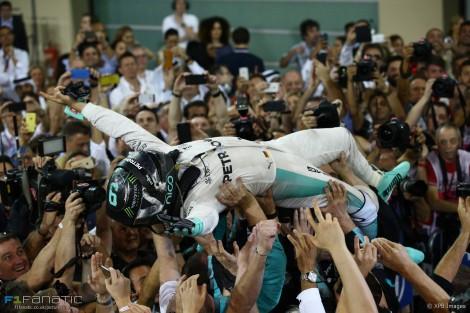Nico Rosberg festeja com a equipa o seu primeiro título mundial